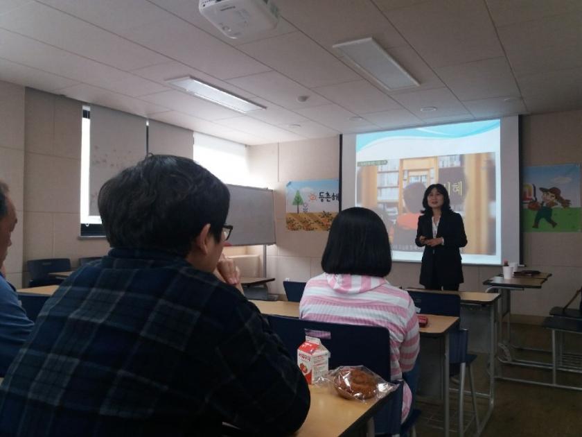 직장 내 장애인식개선교육 강의에서 강사분이 강의를 하고 있는 모습을 오른쪽 측면에서 찍은 사진